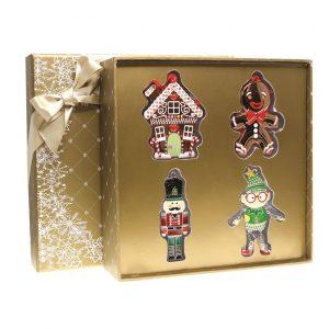 Set alcatuit din 4 decoratiuni din metal, vesel colorate, decorate cu cristale si glitter: Soldatel, Elf, Casuta de turta dulce, Omulet din turta dulce.